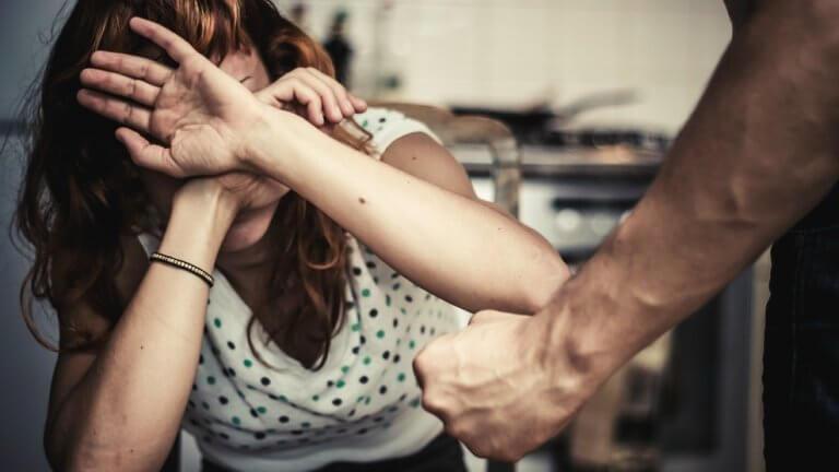 sukupuoleen perustuva väkivalta: mies uhkailee naista