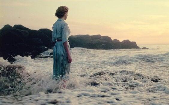 nainen seisoo meressä