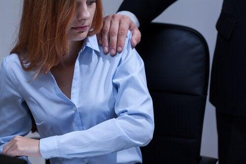 pomo laittaa kätensä naisen olkapäälle