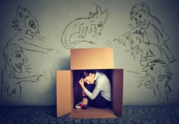 nainen pakenee laatikkoon tunteiden ymmärtämiseksi
