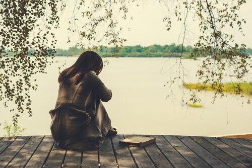 yksinäinen nainen ja kirja