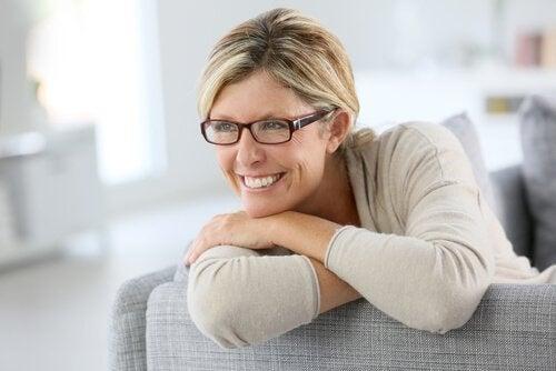 hymyilevä keski-ikäinen nainen
