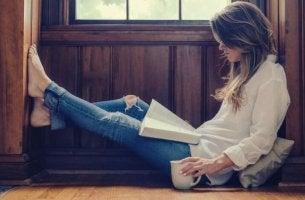 nainen koittaa lukea päivittäin