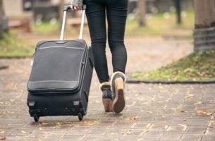 tyhjän pesän syndrooma: nuori muuttaa pois kotoa