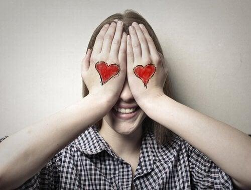 tyttö on piirtänyt sydämet käsiinsä