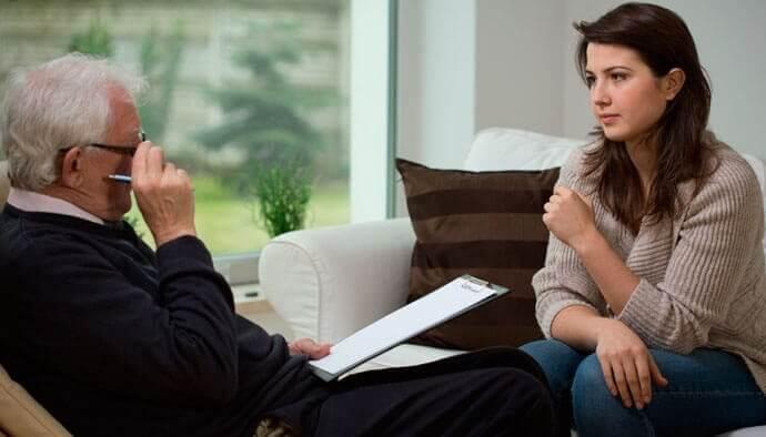 nainen terapeutin luona