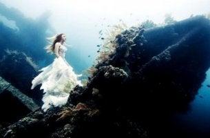 nainen on meren alla hylyn päällä