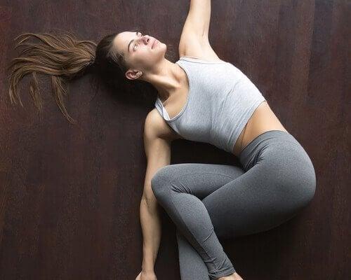 jooga-asennot parempaan uneen: selkärangan kierto