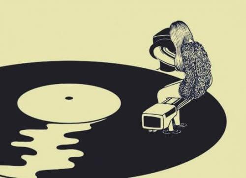 tyttö istuu LP-levyn päällä