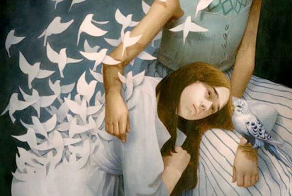 linnut lentävät naisen mekosta