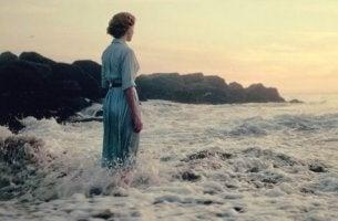nainen seisoo vedessä