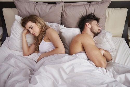 mököttävä pari sängyssä