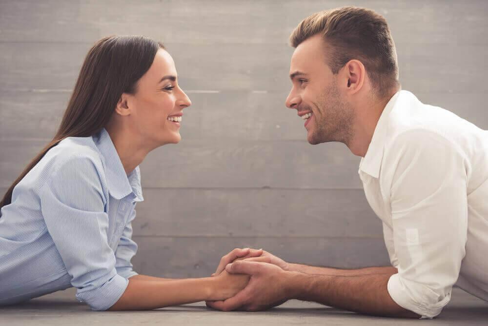 kumppanit hymyilevät toisilleen