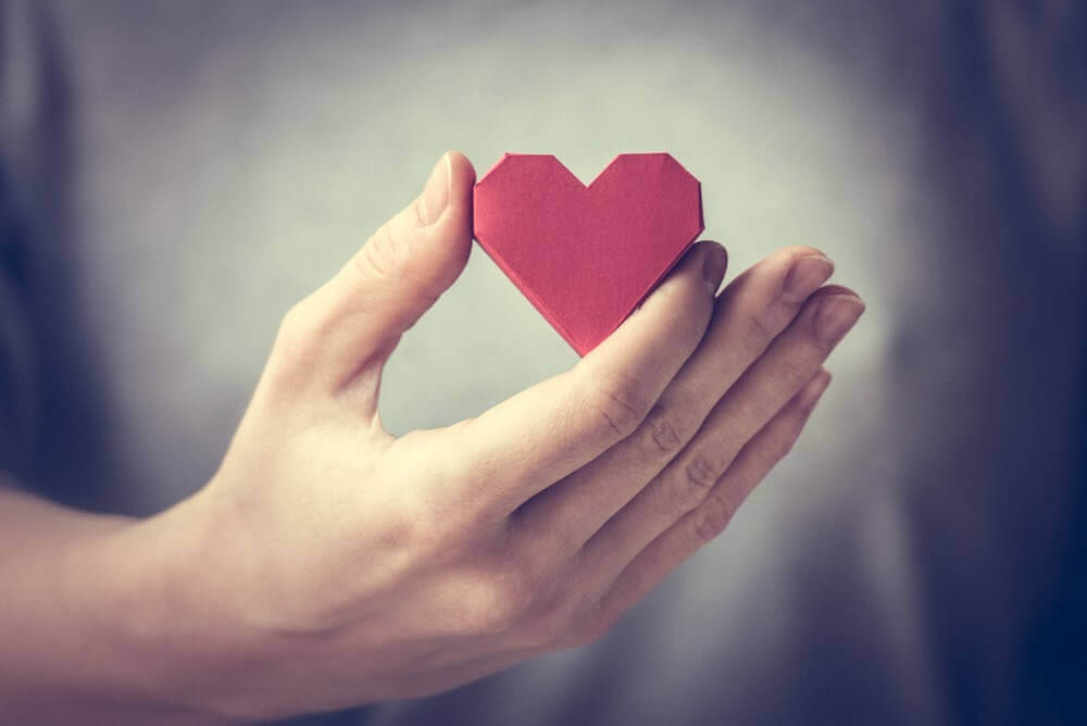 sydän kädessä: kaikki tarvitsevat jonkun
