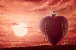 pari istuu suuren sydämen päällä