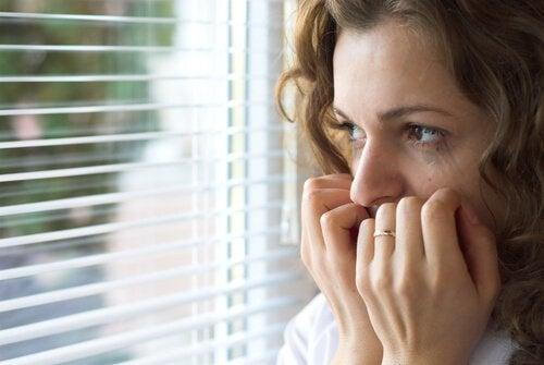nainen on ahdistunut tai tuntee angstia