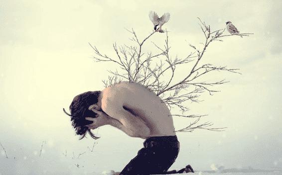 miehen selässä kasvaa puu