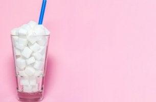 lasi täynnä sokeria