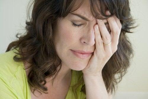 tyhjän pesän syndrooma: äiti on musertunut