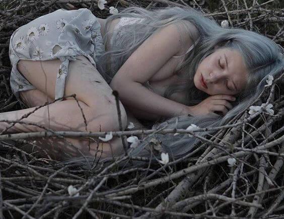 nainen nukkuu linnunpesässä