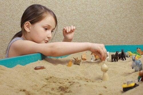 tyttö ja hiekkalaatikkoterapia