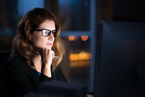 nainen tekee töitä myöhään