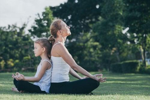 äiti ja tyttö meditoivat