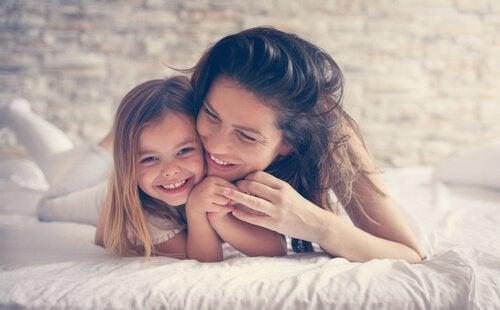 onnellinen äiti ja tytär