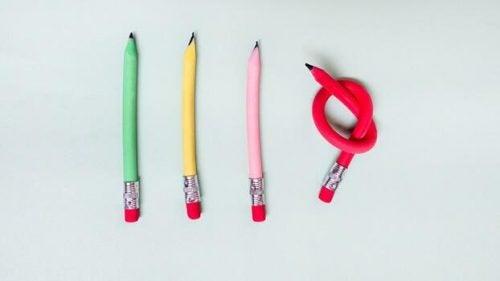 kolme kynää kunnossa, yksi sulkeutunut ja ahdistunut