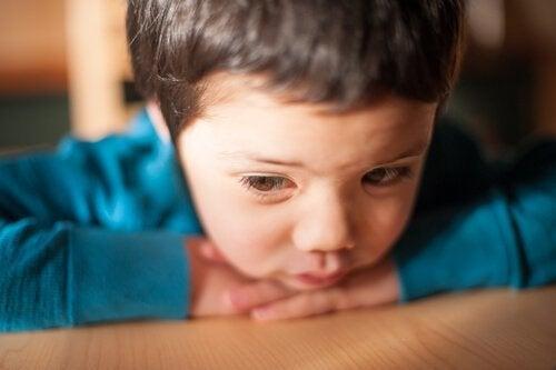 pieni poika nojaa pöytään