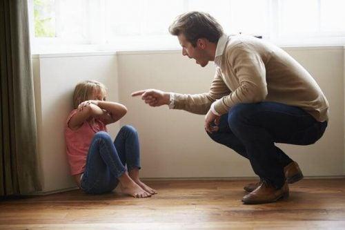 isän verbaalinen hyväksikäyttö tyttöä kohtaan