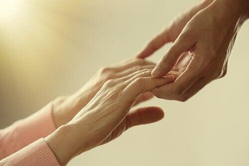 kädet pitelevät käsiä