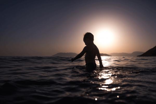 lapsi leikkii vedessä
