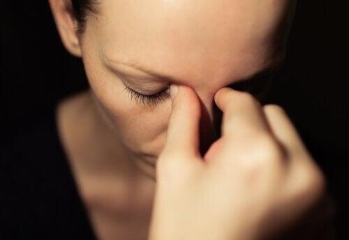ahdistuneen oloinen nainen