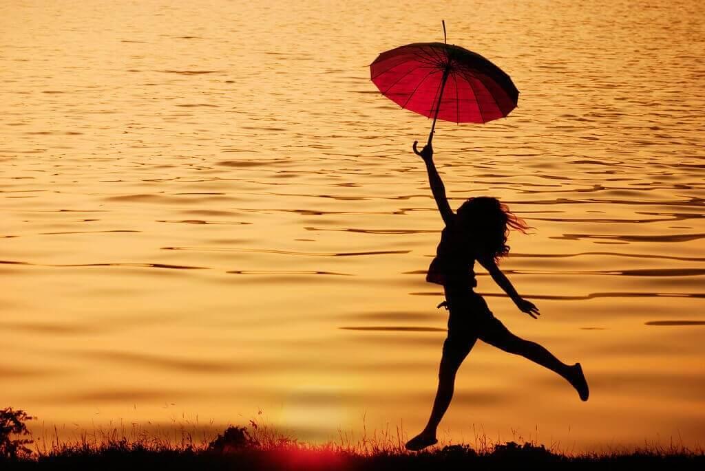 rannalla päivänvarjon kanssa