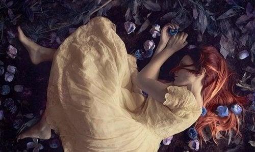nainen makaa ruusun terälehdillä