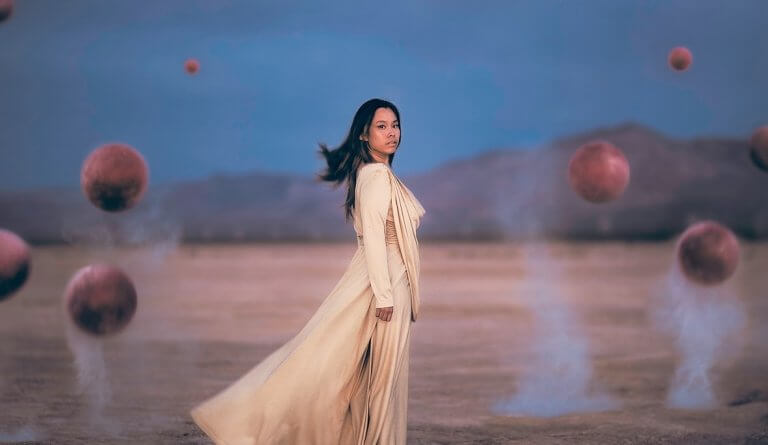 nainen ja lentävät pallot