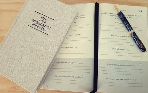 viiden minuutin päiväkirja ja kynä