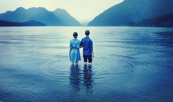 ihmismagneettisyndrooma: kaksi ihmistä hukuttautumassa yhdessä