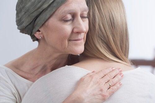 syöpäpotilas halaa naista