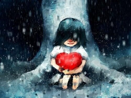tyttö pitelee sydäntä sateisessa metsässä