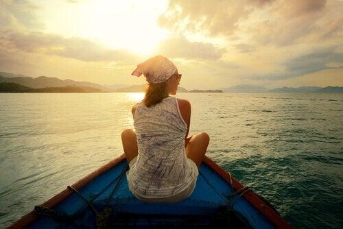nainen veneilemässä