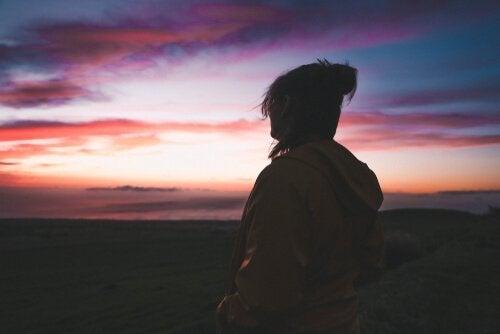 nainen on yksin ja katselee maisemaa