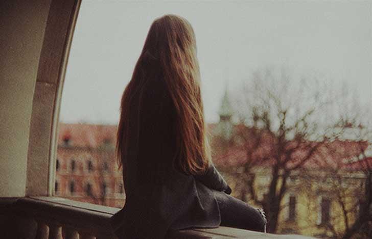 nainen tuntee kenties olonsa yksinäiseksi