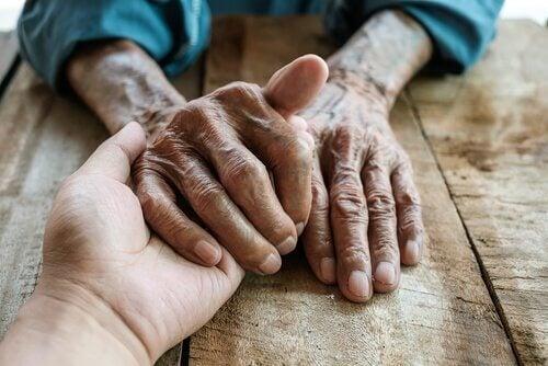 vanhat ja nuoret kädet