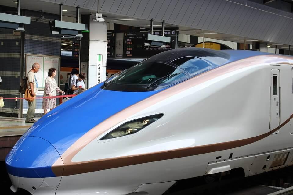 shinkansen-vaikutus: luotijuna Japanissa