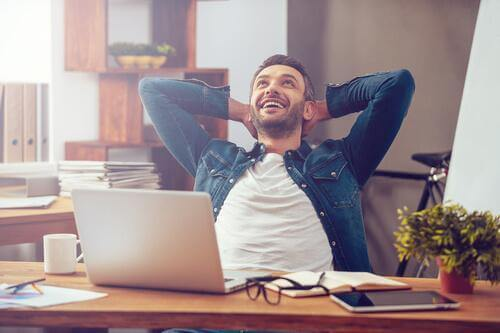 miehen onnellisuus työpaikalla näkyy