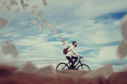 miehen pyöräillessä repusta lentää papereita