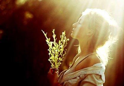 nainen auringonsäteissä