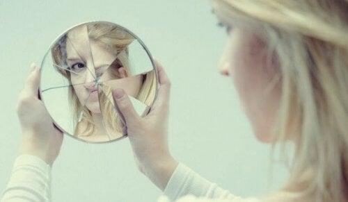 nainen ja rikkinäinen peili
